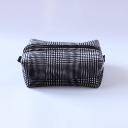 Beauty-case Velvet 8 Beauty case in tessuto vichy bianco e nero, con taschina interna e zip rossa in contrasto. Dimensioni: 28 x 17 x 11 cm circa.