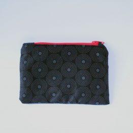 Astuccio Japan S 5 Beauty case in tessuto vichy bianco e nero, con taschina interna e zip rossa in contrasto. Dimensioni: 28 x 17 x 11 cm circa.