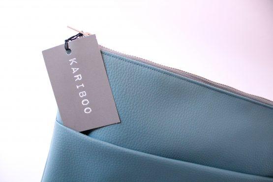 Pochette Basic 2 Pochette da mano in ecopelle color ottanio e interno con fodera in cotone e tasca. Dimensioni: 35 x 23 cm circa.