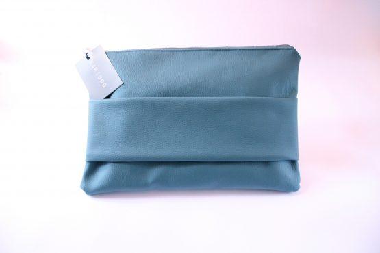 Pochette Basic 3 Pochette da mano in ecopelle color ottanio e interno con fodera in cotone e tasca. Dimensioni: 35 x 23 cm circa.