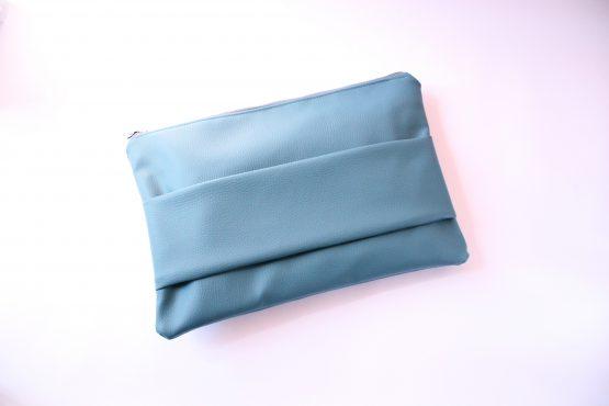 Pochette Basic 1 Pochette da mano in ecopelle color ottanio e interno con fodera in cotone e tasca. Dimensioni: 35 x 23 cm circa.