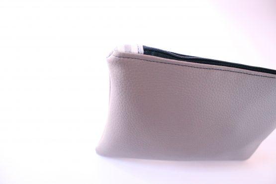 Astuccio Basic L Tortora 3 Astuccio in ecopelle color tortora, con fodera in cotone. Dimensioni 22 x 16 cm circa. Ideale come porta trucchi, porta documenti, organizer per borsa.