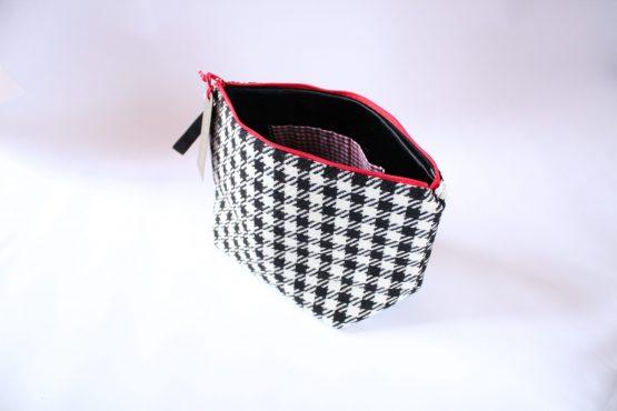 Beauty-case Vichy 2 Beauty case in tessuto vichy bianco e nero, con taschina interna e zip rossa in contrasto. Dimensioni: 28 x 17 x 11 cm circa.