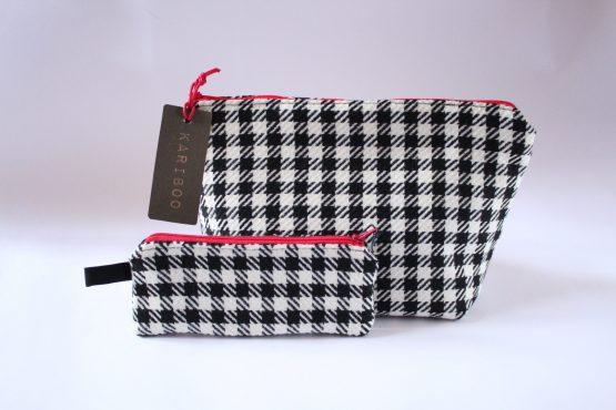 Beauty-case Vichy 4 Beauty case in tessuto vichy bianco e nero, con taschina interna e zip rossa in contrasto. Dimensioni: 28 x 17 x 11 cm circa.