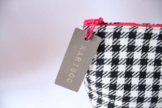 Beauty-case Vichy 3 Beauty case in tessuto vichy bianco e nero, con taschina interna e zip rossa in contrasto. Dimensioni: 28 x 17 x 11 cm circa.