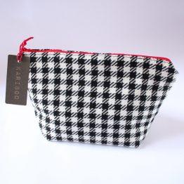 Beauty-case Vichy 8 Astuccio in ecopelle color tortora, con fodera in cotone. Dimensioni 22 x 16 cm circa. Ideale come porta trucchi, porta documenti, organizer per borsa.