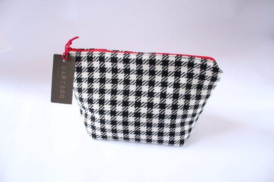Beauty-case Vichy 1 Beauty case in tessuto vichy bianco e nero, con taschina interna e zip rossa in contrasto. Dimensioni: 28 x 17 x 11 cm circa.