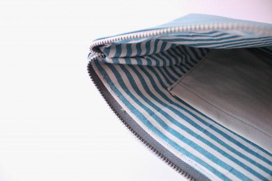 Pochette Basic 4 Pochette da mano in ecopelle color ottanio e interno con fodera in cotone e tasca. Dimensioni: 35 x 23 cm circa.