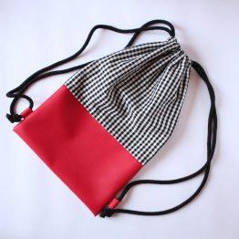 Zaino Vichy 7 Beauty case in tessuto vichy bianco e nero, con taschina interna e zip rossa in contrasto. Dimensioni: 28 x 17 x 11 cm circa.
